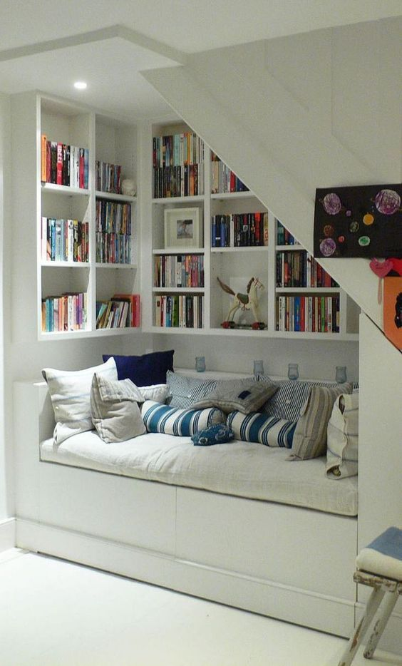 Amazing under stairs reading nook idea #readingnook #nook #readingcorner #decoratingideas #homedecor #cozynook #decorhomeideas