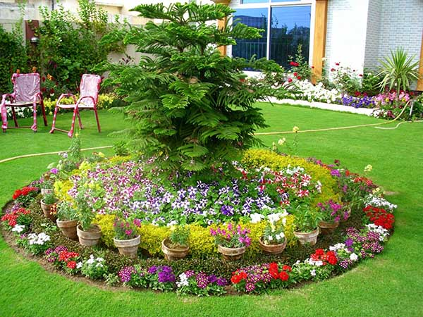 Round Flower Bed with terra cotta Pots #flowerbed #gardens #decorhomeideas
