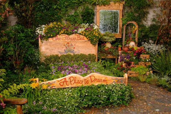 Antique bed frame flower bed idea #flowerbed #flowerpot #gardens #gardenideas #planter #gardeningtips #decorhomeideas
