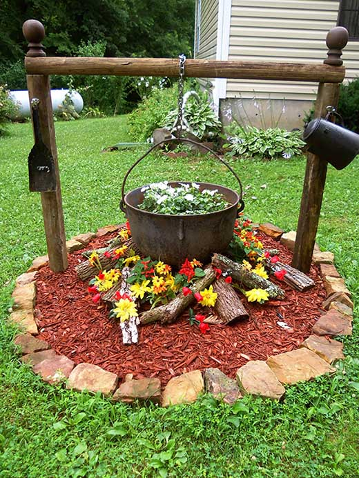 Flowers arranged as camp fire in the garden #flowerbed #gardens #decorhomeideas