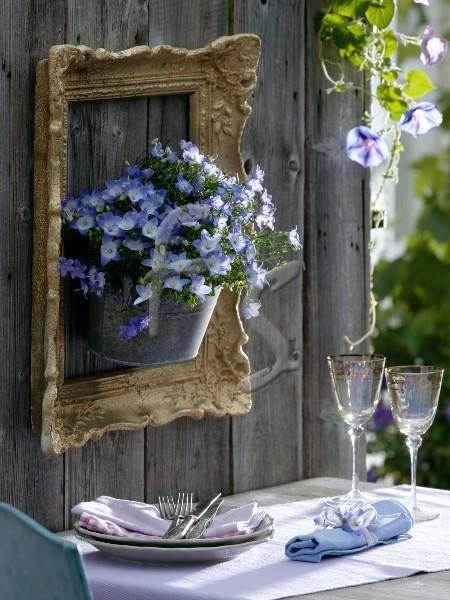Old picture frame garden decor with flowers #diyproject #diy #makeover #homedecor #decorationideas #pictures #frames #vintage #decorhomeideas