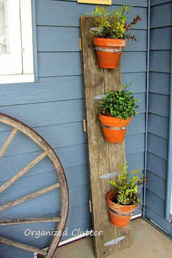 DIY flower pot idea on a vertical wood plank #flowerpot #planter #gardens #gardenideas #gardeningtips #decorhomeideas