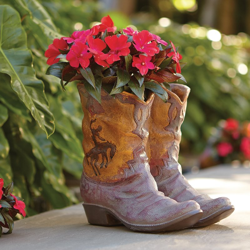 Old boots flower pot idea and flower planter #flowerpot #planter #gardens #gardenideas #gardeningtips #decorhomeideas