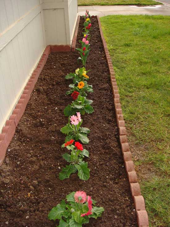 Brick yard edging for small flowers along the house. #gardens #gardening #gardenideas #gardeningtips #decorhomeideas