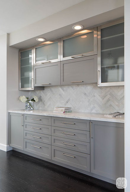 Modern gray cabinets with frosted glass and brushed iron accent #kitchen #graycabinets #graypaint #graykitchencabinets #homedecor #decoratingideas #decorhomeideas
