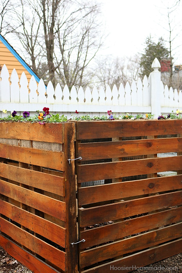 DIY wooden pallet compost bin #diy #compost #wooden #gardeningtips #backyard #decorhomeideas