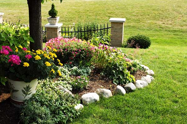 Small flowers garden with rock edging border. #gardens #gardening #gardenideas #gardeningtips #decorhomeideas