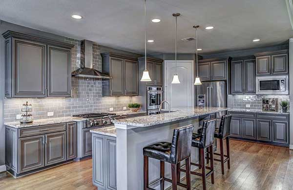 Traditional kitchen with gray cabinets and breakfast bar island #kitchen #graycabinets #graypaint #graykitchencabinets #homedecor #decoratingideas #decorhomeideas