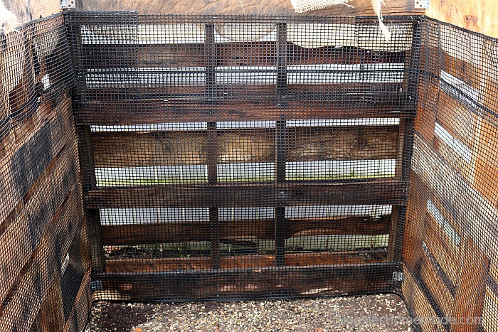 Wooden pallet compost bin walls #diy #compost #wooden #gardeningtips #backyard #decorhomeideas