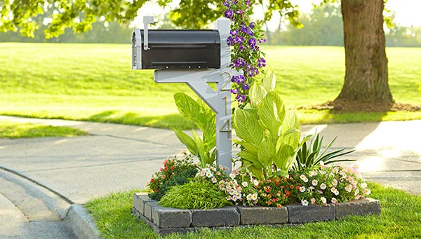 Flower bed around mailbox made of pavers #flowerbed #mailbox #garden #curbappeal #flowers #decorhomeideas