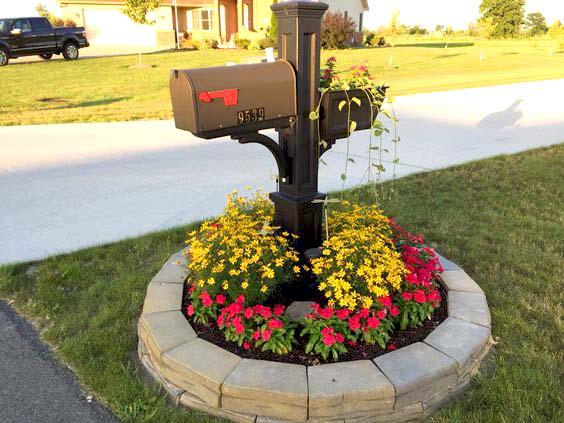 Round flower bed around mailbox #flowerbed #mailbox #garden #curbappeal #flowers #decorhomeideas