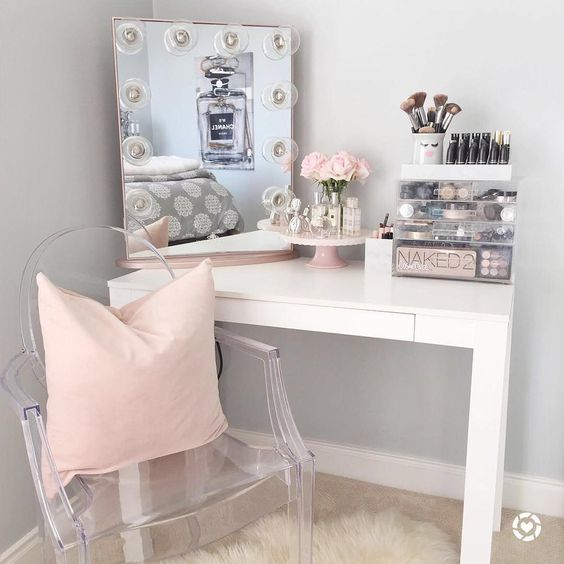 Small white vanity with pink accents #vanity #bedroom #vanitybedroom #makeupvanity #homedecor #decorhomeiedeas