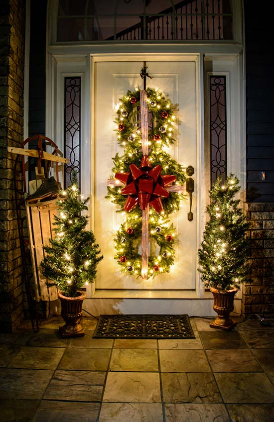 Christmas Wreath Trio Front Porch #Christmasdecoration #Christmas #frontporch #porch #decoration #decorhomeideas