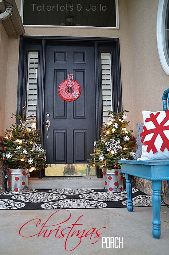Christmas front porch with trees in pails #Christmasdecoration #Christmas #frontporch #porch #decoration #decorhomeideas