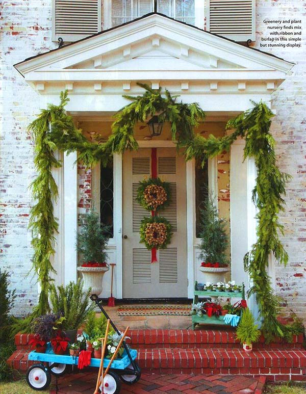 Classic front porch Christmas decor #Christmasdecoration #Christmas #frontporch #porch #decoration #decorhomeideas