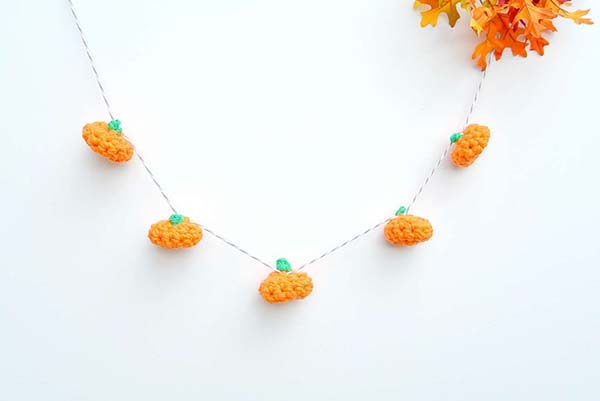 Crochet LIttle Pumpkins Garland #craft #fall #falldecor #falldecorideas #decorhomeideas