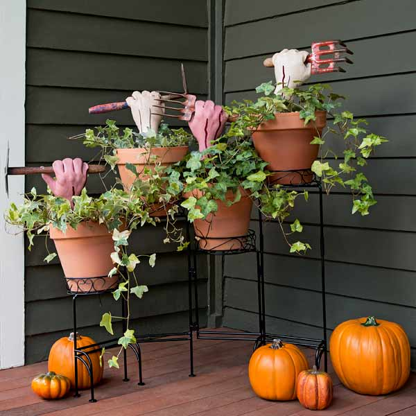 DIY Zombie PLanters Halloween outdoor decorations #halloweendecorations #halloween #diyhalloween #halloweendecor #decorhomeideas