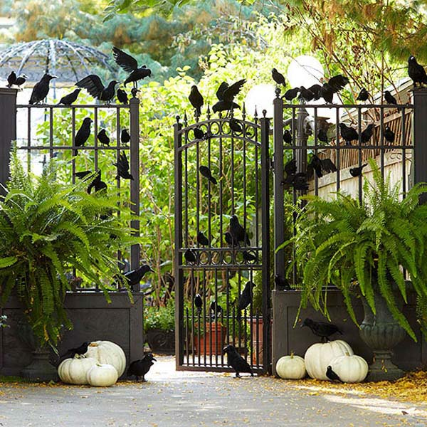 Faux Ravens Halloween outdoor decoration #halloweendecorations #halloween #diyhalloween #halloweendecor #decorhomeideas