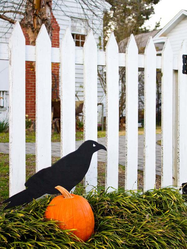 Giant Raven Halloween fence decoration #halloweendecorations #halloween #diyhalloween #halloweendecor #decorhomeideas