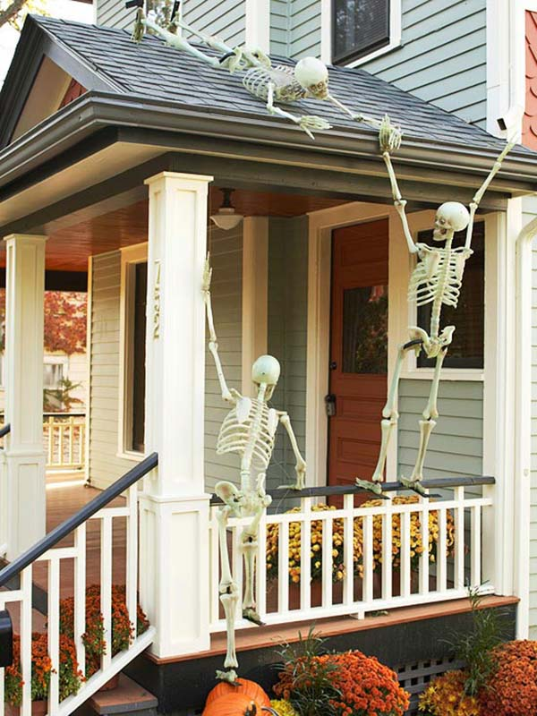 Halloween outdoor decorations with skeletons #halloweendecorations #halloween #diyhalloween #halloweendecor #decorhomeideas