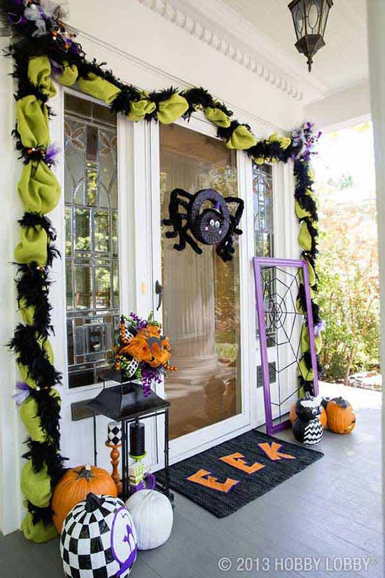 Halloween spider front porch decoration #halloweendecorations #halloween #diyhalloween #halloweendecor #decorhomeideas