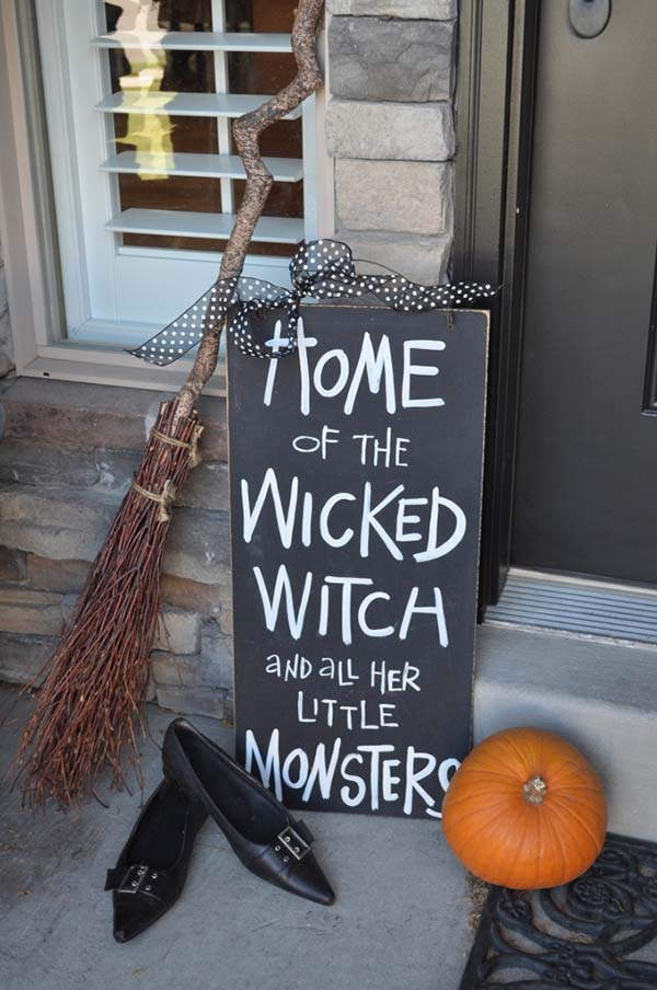 Hand painted Sign Halloween decor for front porch #halloweendecorations #halloween #diyhalloween #halloweendecor #decorhomeideas