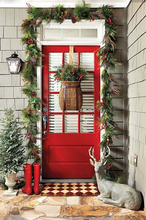 Red Front Door Christmas Front Porch Decorating #Christmasdecoration #Christmas #frontporch #porch #decoration #decorhomeideas