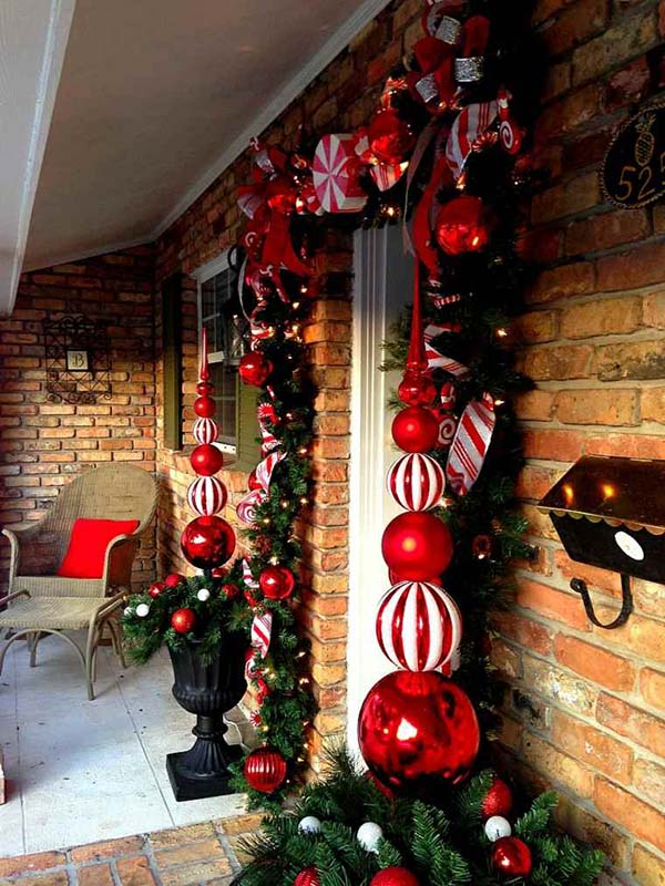 Big garlands front porch Christmas decoration #Christmasdecoration #Christmas #frontporch #porch #decoration #decorhomeideas