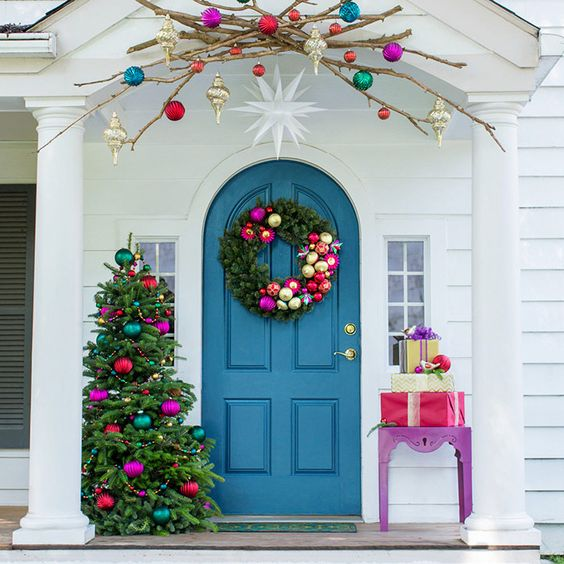Bright colors Christmas front porch decor #Christmasdecoration #Christmas #frontporch #porch #decoration #decorhomeideas
