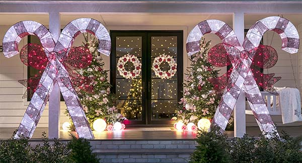 Candy cane front porch Christmas decoration #Christmasdecoration #Christmas #frontporch #porch #decoration #decorhomeideas