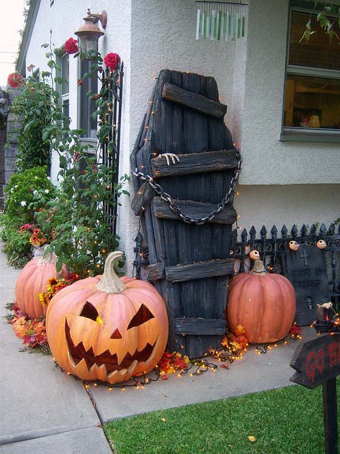 Coffin Halloween DIY outdoor decoration #halloweendecorations #halloween #diyhalloween #halloweendecor #decorhomeideas