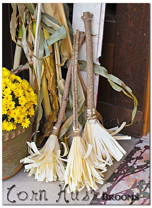 Corn husk brooms Halloween outdoor decoration #halloweendecorations #halloween #diyhalloween #halloweendecor #decorhomeideas