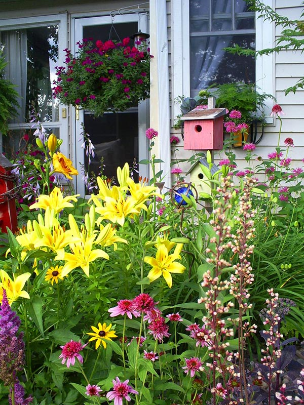 Cottage garden layout birdhouse #cottagegarden #cottage #garden #landscaping #backyard #flowers #decorhomeideas