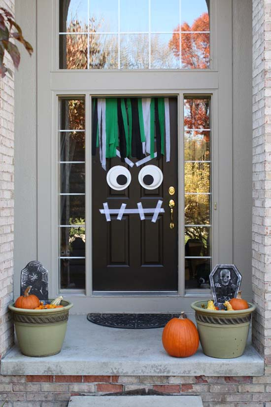 Front door Halloween monster DIY decoration #halloweendecorations #halloween #diyhalloween #halloweendecor #decorhomeideas