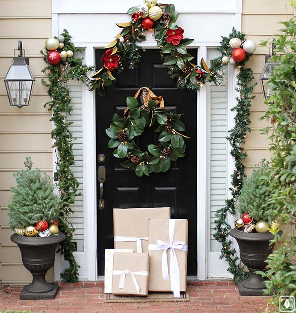 Front porch Christmas decoration ideas #Christmasdecoration #Christmas #frontporch #porch #decoration #decorhomeideas