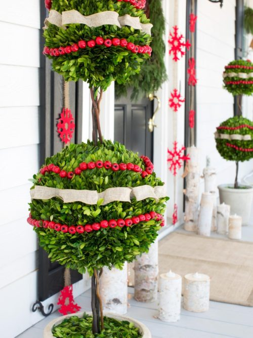 Front porch Christmas decoration with topiaries #Christmasdecoration #Christmas #frontporch #porch #decoration #decorhomeideas