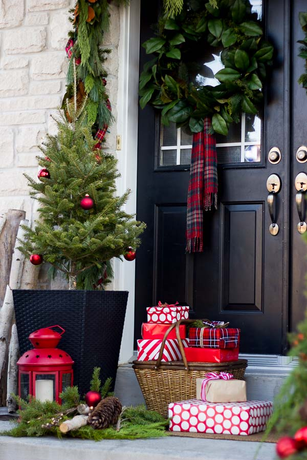 Front porch Christmas decorating ideas presents #Christmasdecoration #Christmas #frontporch #porch #decoration #decorhomeideas