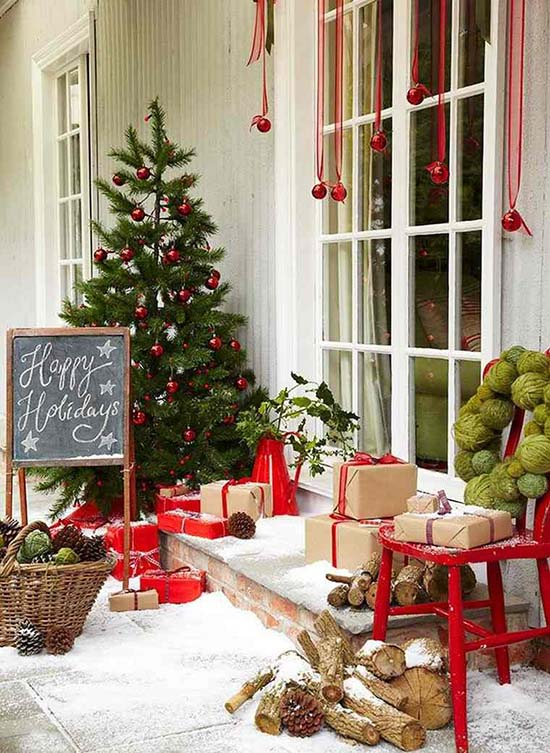 Red accent front porch Christmas decoration #Christmasdecoration #Christmas #frontporch #porch #decoration #decorhomeideas