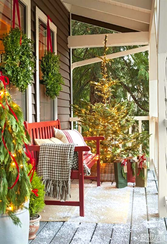 Front porch seating Christmas decor #Christmasdecoration #Christmas #frontporch #porch #decoration #decorhomeideas
