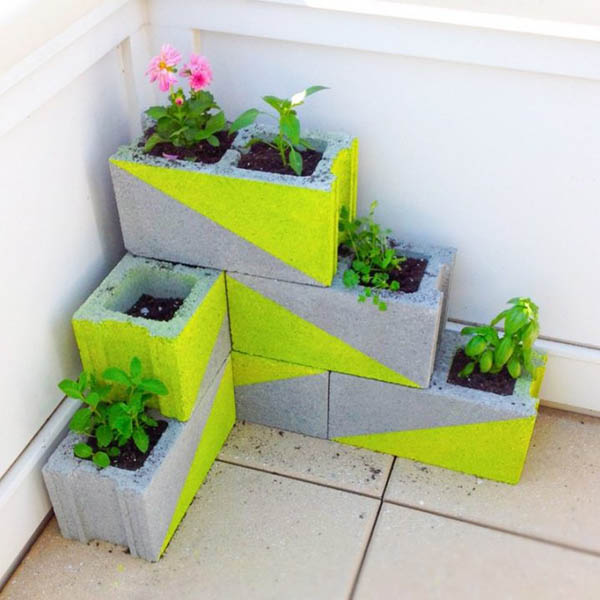 Painted cinder blocks planter #tieredplanter #flowerplanter #planter #flowerpot #decorhomeideas