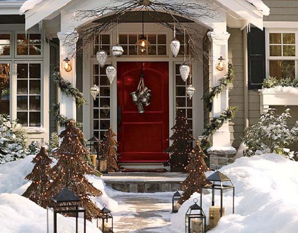 Red front door christmas decoration #Christmasdecoration #Christmas #frontporch #porch #decoration #decorhomeideas