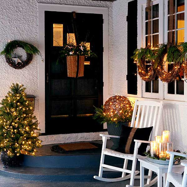 Christmas decorated sitting area on the front porch #Christmasdecoration #Christmas #frontporch #porch #decoration #decorhomeideas