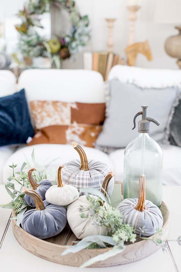 Velvet pumpkin DIY fall centerpiece #fallcenterpiece #falldecor #diy #falldecoration #thanksgiving #decorhomeideas