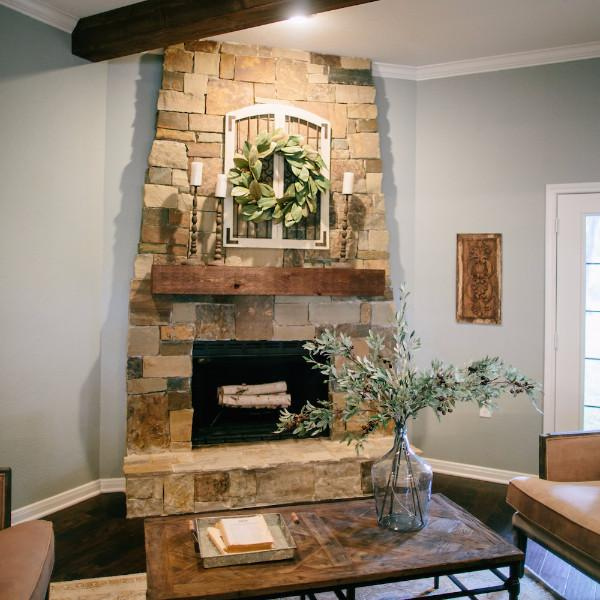 Corner Fireplace Decorated With Magnolia Wreath #fireplace #fireplaceideas #corner #decorhomeideas