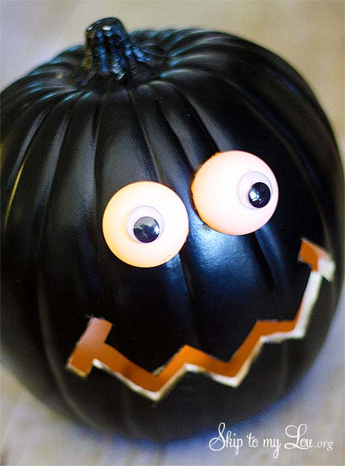 DIY Pumpkin With Lighted Eyes #pumpkin #carving #halloween #falldecor #decorhomeideas