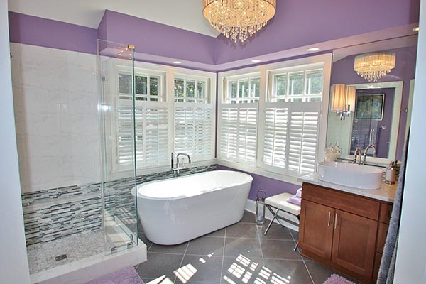 Purple bathroom with big windows #purplebathroom #purple #bathroom #lavender #bathroomideas #decorhomeideas