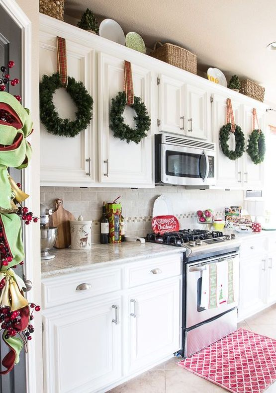 Christmas Kitchen Wreaths Decor #Christmas #Christmasdecor #kitchen #Christmaskitchen #decorhomeideas