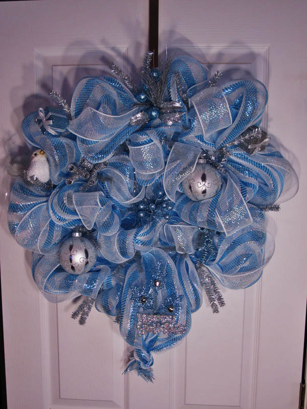 Christmas Wreath Balls and Ribbons #Christmas #Christmasdecor #blue #silver #turquoise #decorhomeideas
