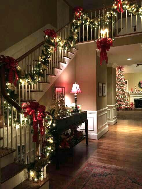 Christmas staircase decorated with garlands #Christmasdecor #staircase #stairs #stairway #Christmas #decorhomeideas