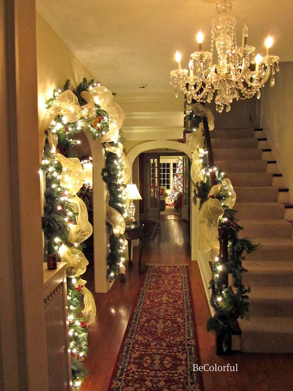 Christmas staircase decoration in hallway #Christmasdecor #staircase #stairs #stairway #Christmas #decorhomeideas